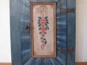 Szafka przed renowacją -uszkodzone drzwi