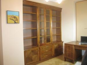 Biblioteka orzechowa na wymiar w stylu eklektycznym