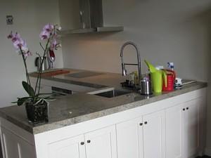 Nowoczesna kuchnia z szafa kuchenną stylizowaną na wymiar