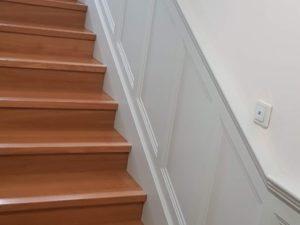 Zabudowa-boazeryjna-schodów w stylu angielskim